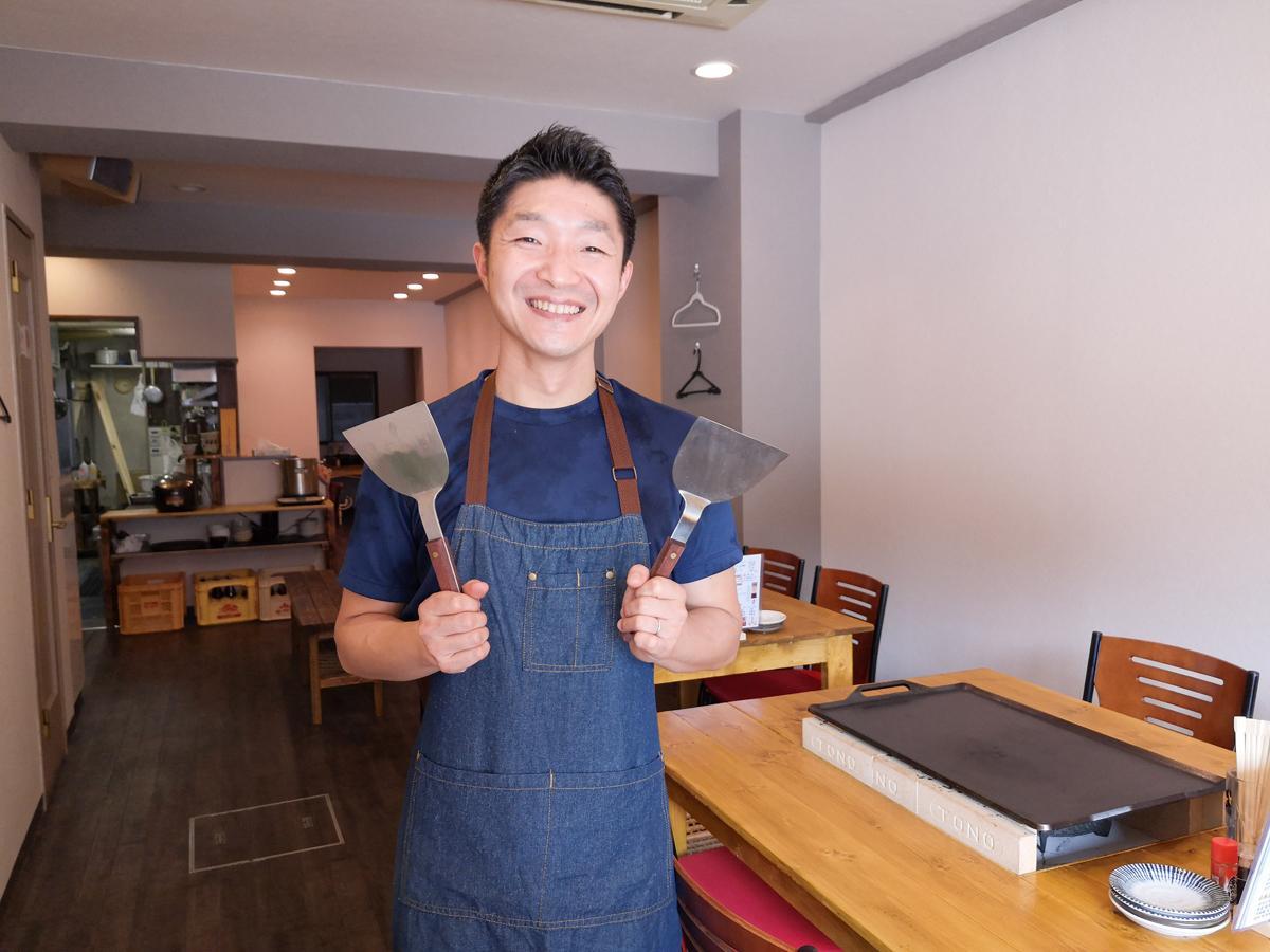鉄板焼き店「てっぱんホルモン焼 牛てつ」店主の壽清喜さん