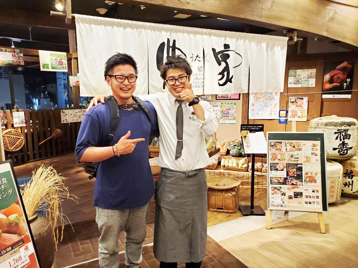 JR三ノ宮駅前の交通センタービル9階にある居酒屋「農家 うたげ。」責任者の疋田裕史さん(右)