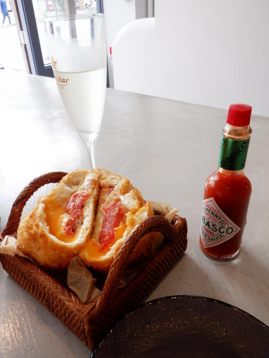 創作ピザスタンド「CHERRY(チェリー)」のクエスチョンマークが付く「ピザ?」と生スパークリングワイン
