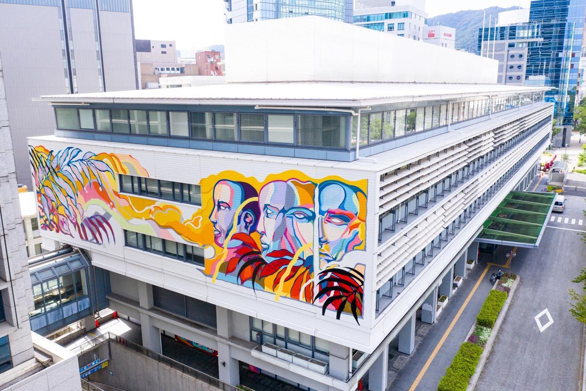 神戸市役所2号館南側3~4階に描かれたTITIFREAK(チチフリーク)さんのミューラルアート(壁画)