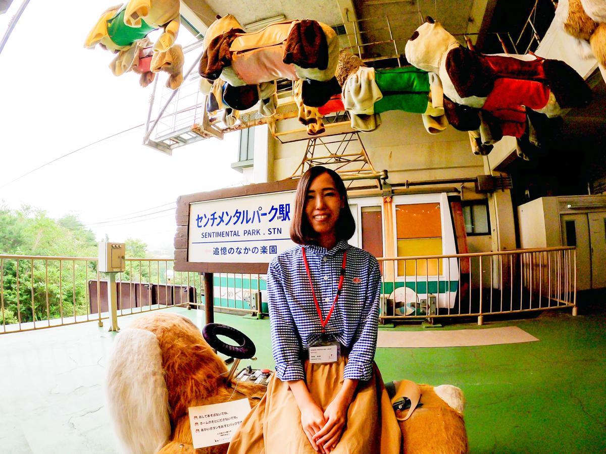 作品「センチメンタルパーク駅~追憶のなかの楽園~」前で記念撮影に応じる神戸市出身の招待アーティスト・竹内みかさん