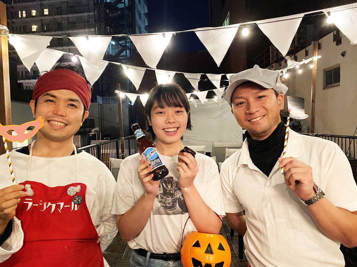 左から、「神戸カレー食堂 ラージクマール」店主の片山絢一さん、「THE DECK」スタッフの中西彩心さん、「老祥記」の4代目・曹祐仁(そうまさひと)さん
