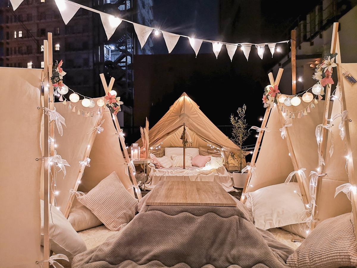 冬季営業の「THE DECK(ザ・デッキ)」は屋外でも暖かく過ごすことができるよう、こたつとミニテントを設ける