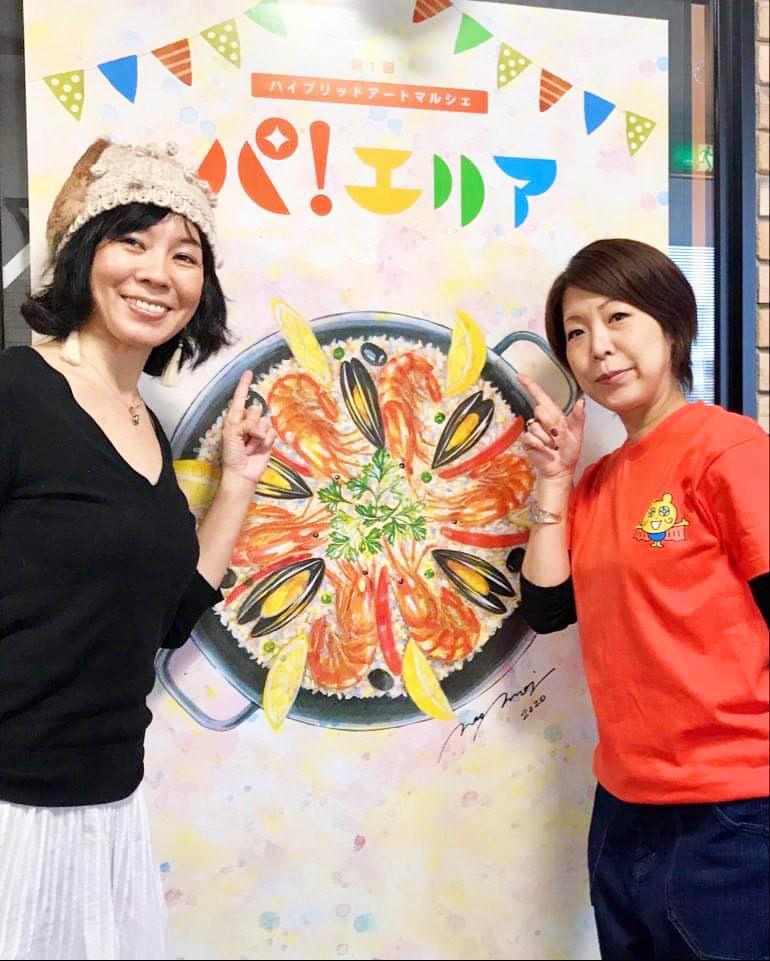左から、出店者のモザイクタイルアーティスト・中村ジュンコさん、実行委員長の東村奈保さん(特定非営利活動法人soshare)