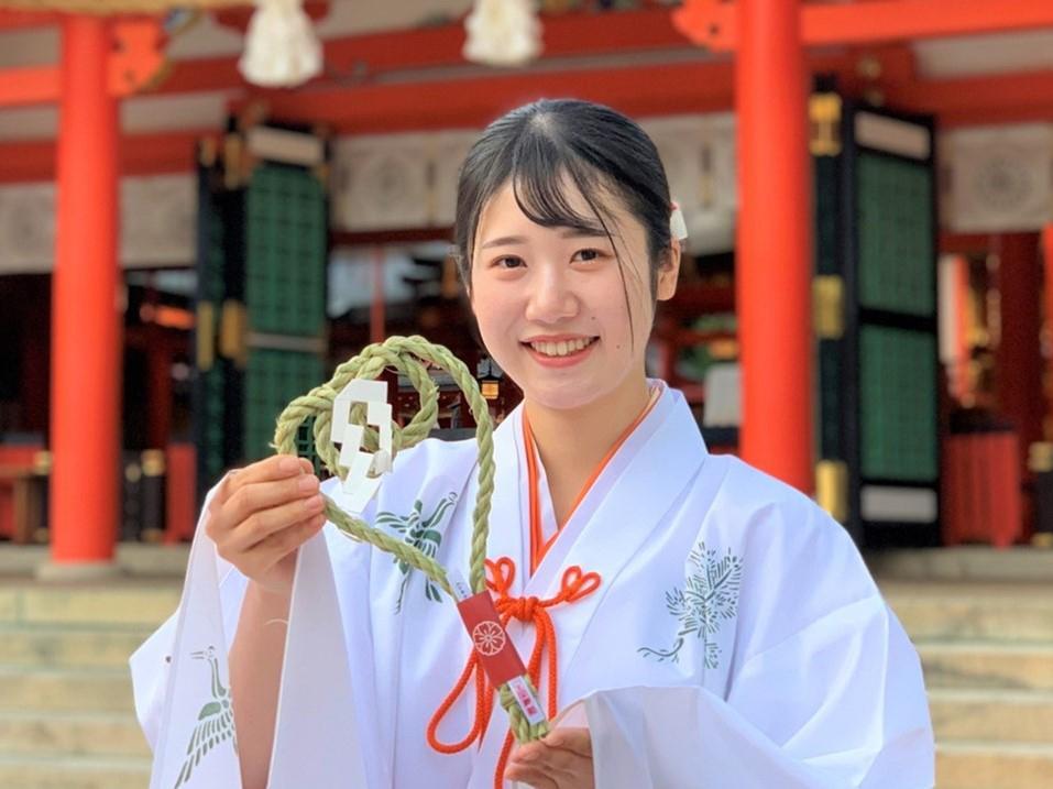 正月用の生田神社オリジナルしめ飾りの授与が行われている。
