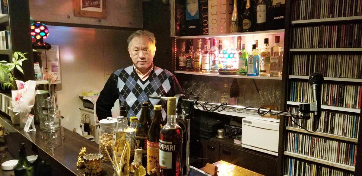 神戸・三宮のミュージックカフェバー「Funky Music Station Hisami」のDJでもあるオーナーの吉澤久美さん