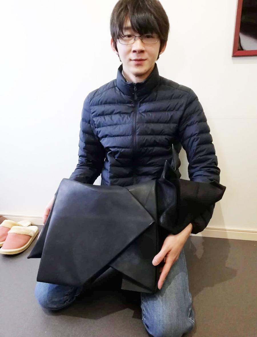 「神戸レザー(KOBE LEATHER)」を使った神戸牛モニュメントを紹介する「折り紙王子」こと折り紙作家の有澤悠河さん