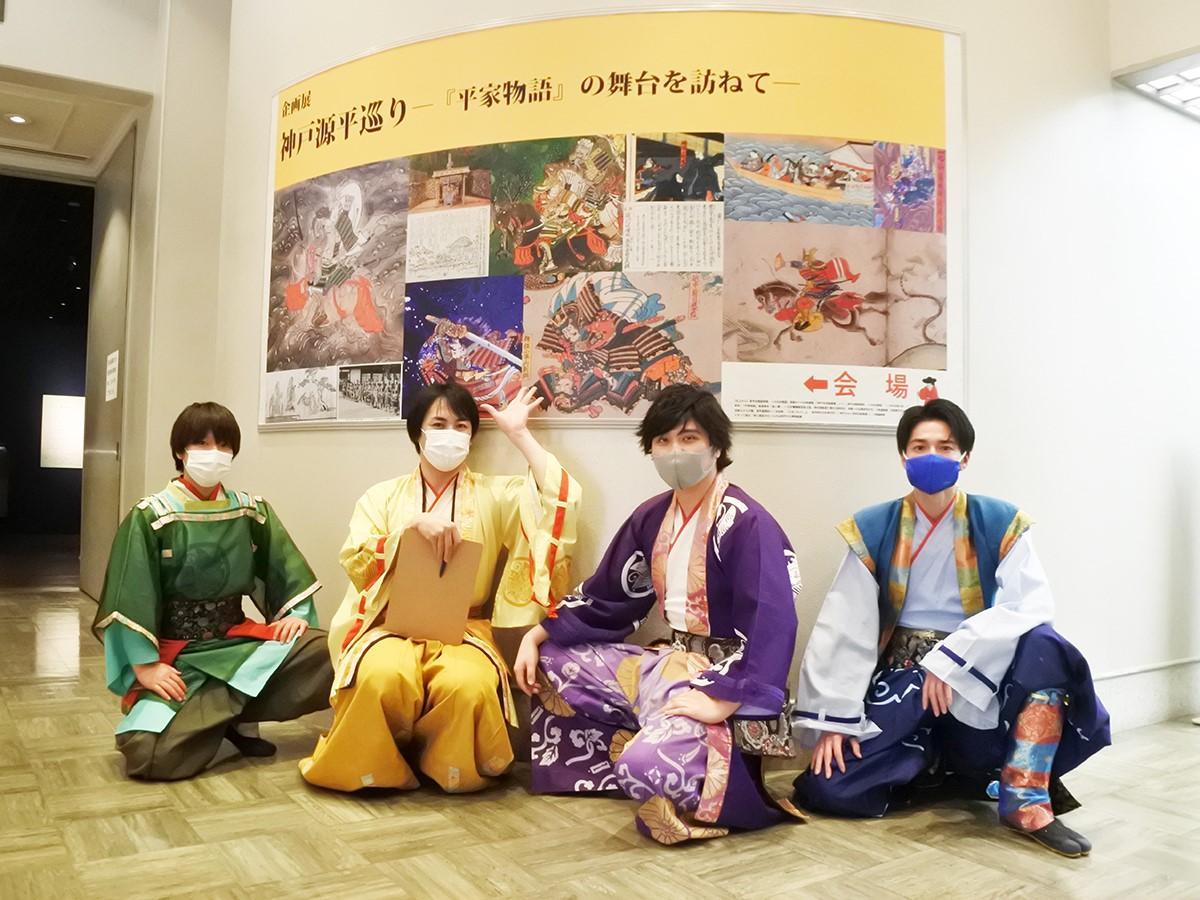 神戸市立博物館で開催中の企画展「神戸源平巡り-『平家物語』の舞台を訪ねて-」に訪れた神戸・清盛隊 左から敦盛さん、重盛さん、重衡さん、宗盛さん