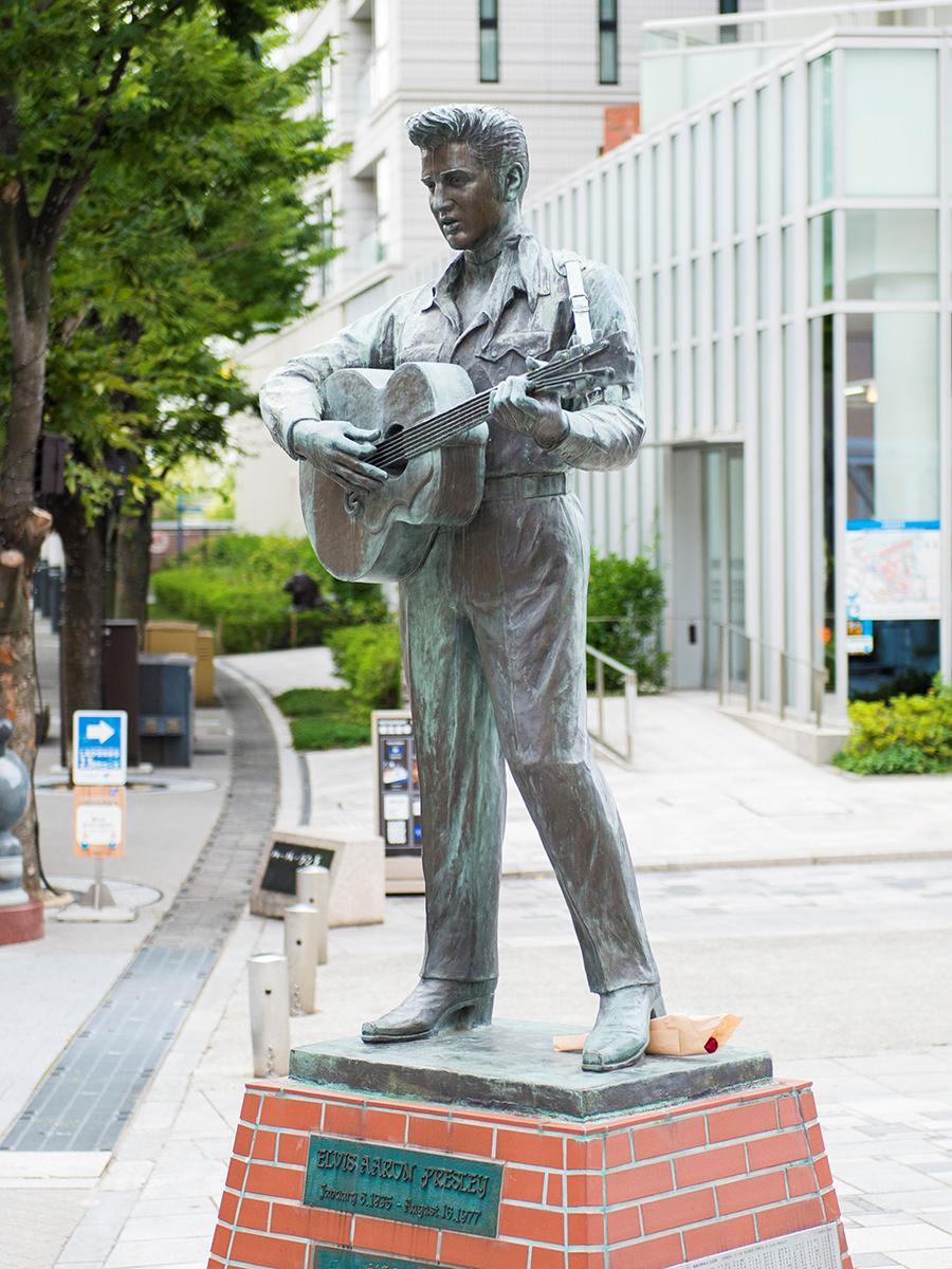 神戸ハーバーランド・ガス燈通り沿い「カルメニ」前に立つエルヴィス・プレスリー像 ©KOBE TOURISM BUREAU