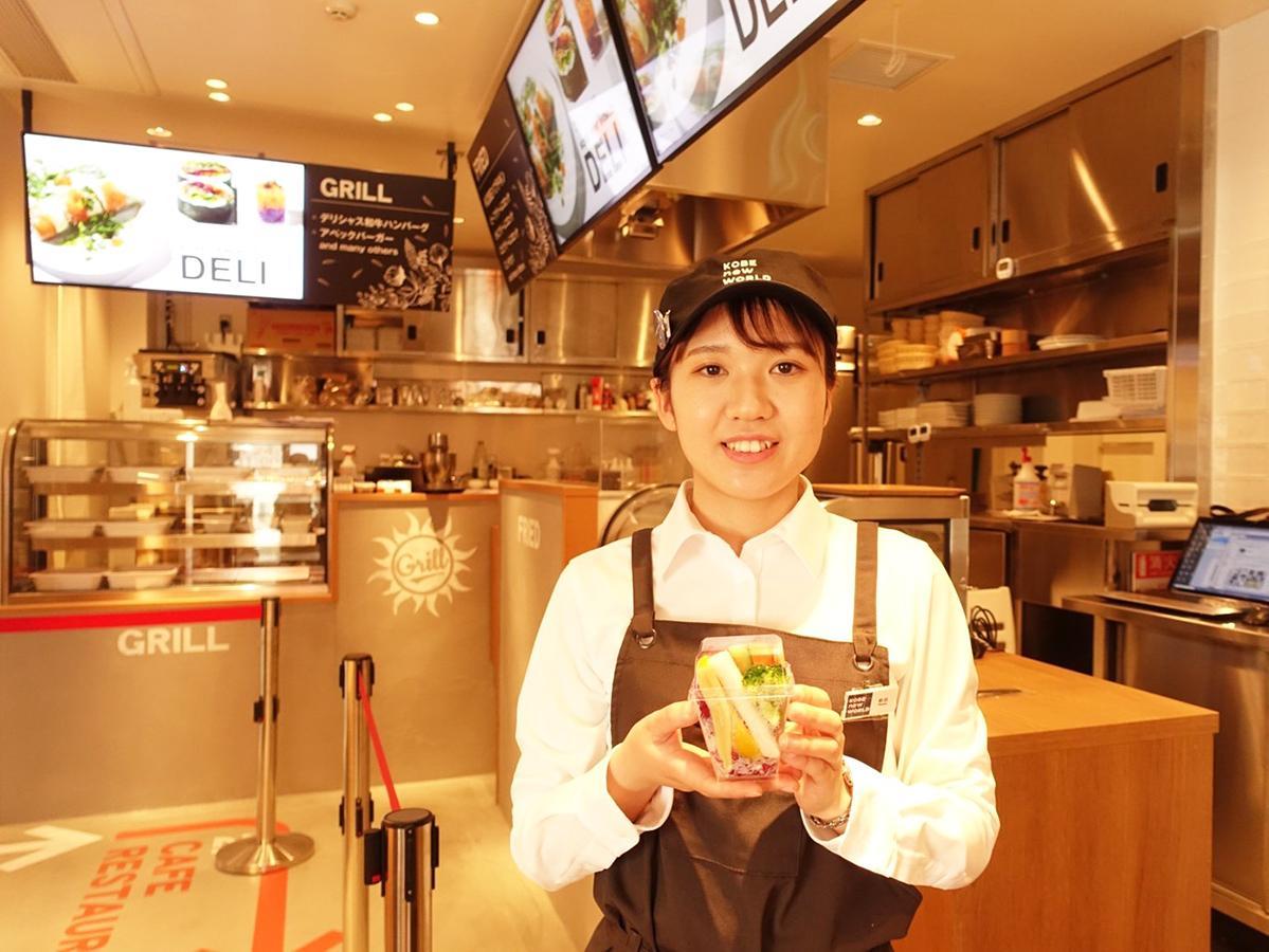 阪急神戸三宮駅西改札外1階にデリ&カフェ&レストラン「KOBE ニューワールド」
