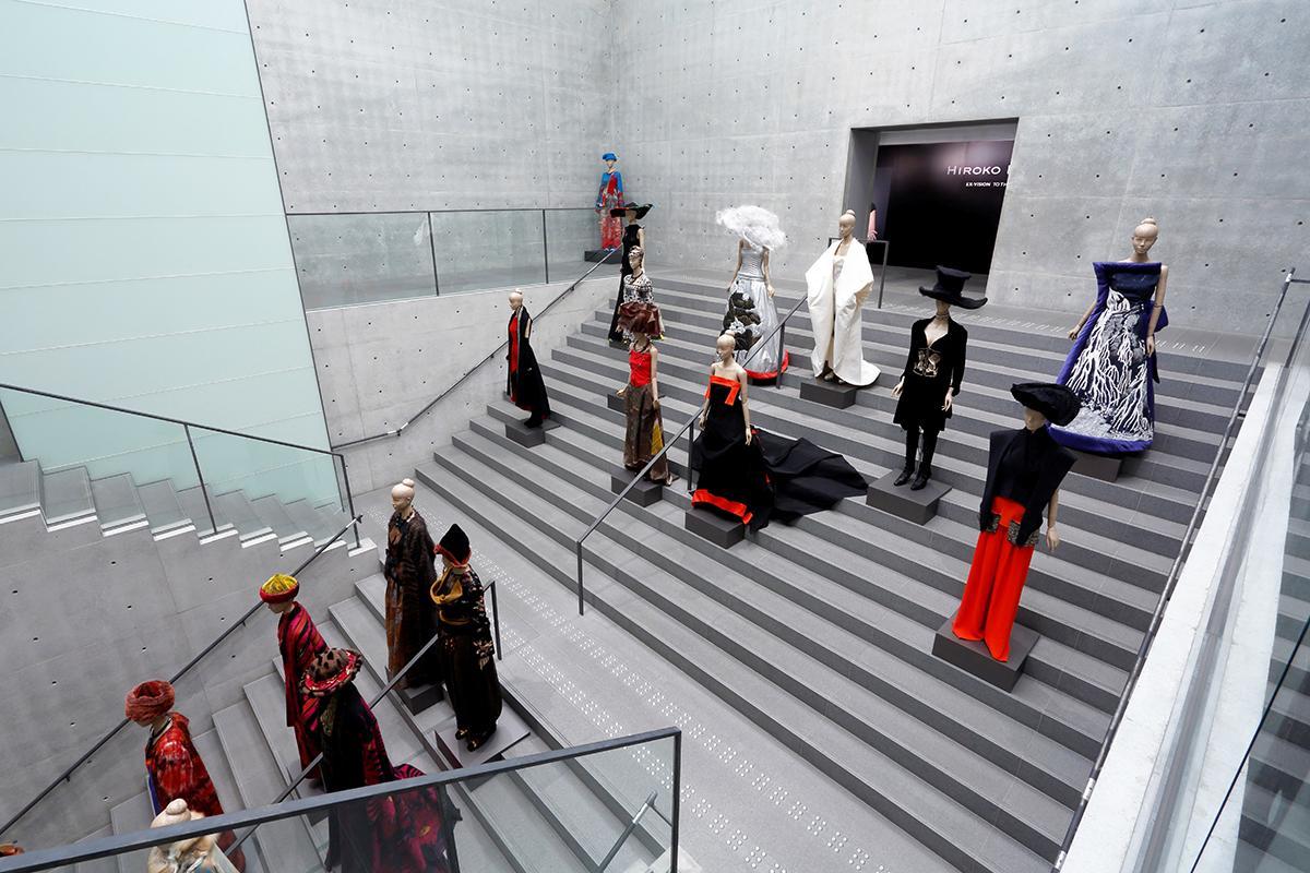 兵庫県立美術館の大階段に代表作20点を展示する「ペチャクチャ」のマネキンはコシノヒロコさんとおそろいのお団子頭