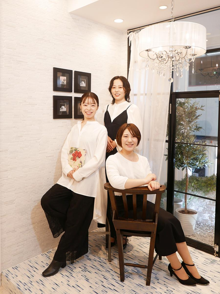 左から、神戸発ジュエリーブランド「FRAU KOBE JAPAN(フラウ コウベ ジャパン)」ショップマネージャー兼デザイナーの中川みちるさん、デザイナーの棚倉舞さん、寺田茉以さん