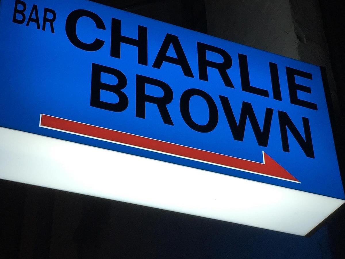 海をイメージしたブルーの看板が目印の老舗ショットバー「BAR CHARLIE BROWN (バー チャーリーブラウン)」