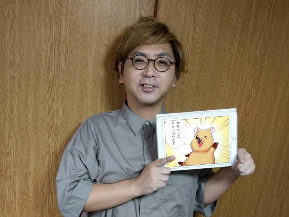 「QA Heatmap Analytics(ヒートマップアナリティクス)」のマスコットキャラクター「くーすけ」を紹介する「ウェブジョブズ」広報担当の東郷宝さん