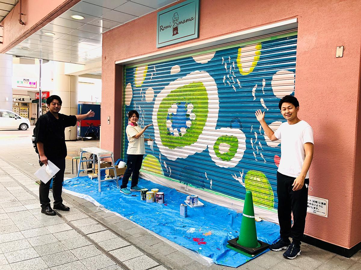 左から、NPO法人芸法の小國陽佑さん、アーティストの三名あたしさん、大正筋商店街振興組合理事・デザイン企画部長でPLAST社長の廣田恭佑さん