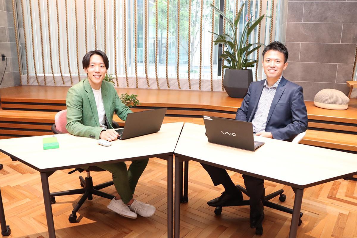 テニスコートが予約できるサービス「LAWN」立ち上げメンバーの佐々木健人社長(右)、桝井嘉寿也副社長(左)