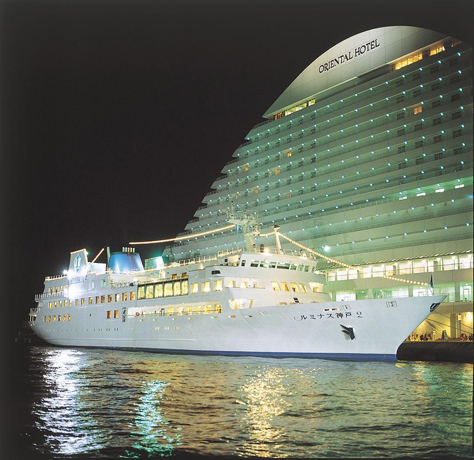 神戸港を周遊するレストランクルーズ船「ルミナス神戸2」、夜の様子
