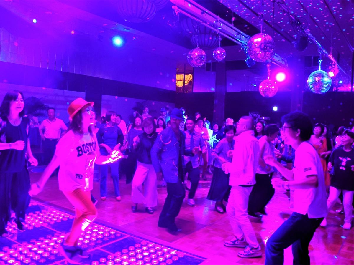 来場者に交ざって踊るWinzさん - 神戸経済新聞