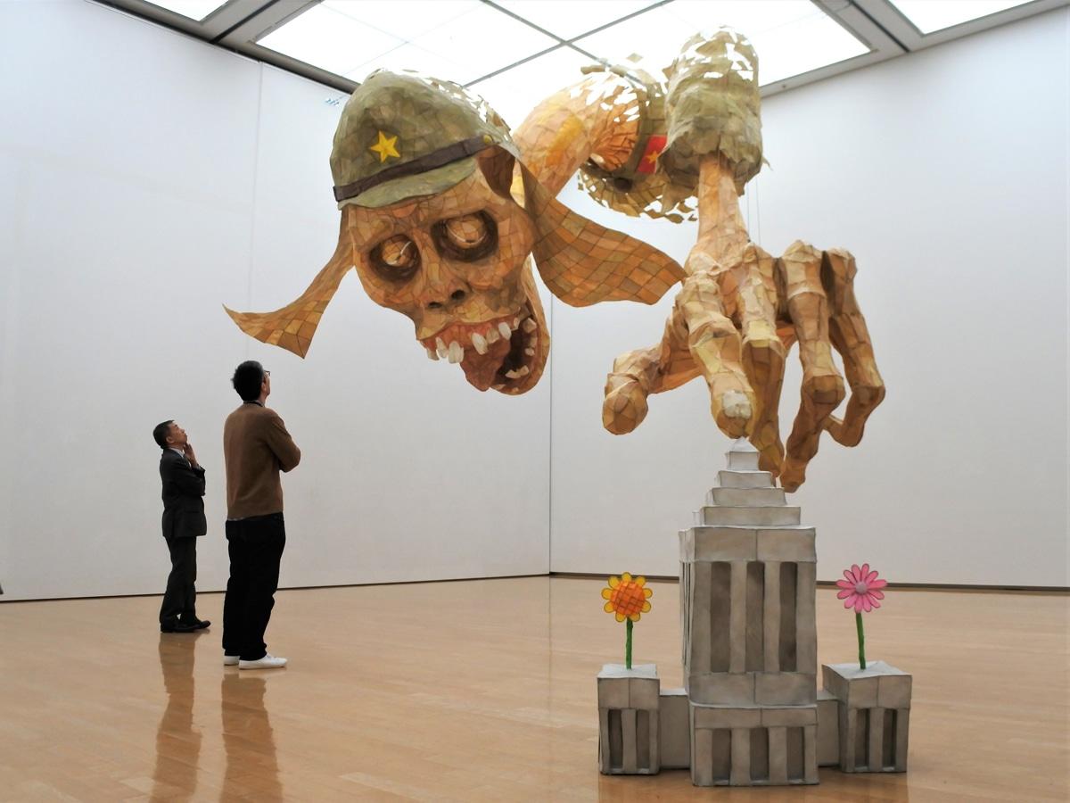 兵庫県立美術館で展示されているしりあがり寿さんの新作インスタレーション「ヒーローの皮」の一部が1月25日から姿を消している。画像=会田誠さんの作品「MONUMENT