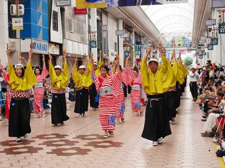 高知で真夏の祭典「よさこい祭り」始まる 花火4000発がオープニング飾る