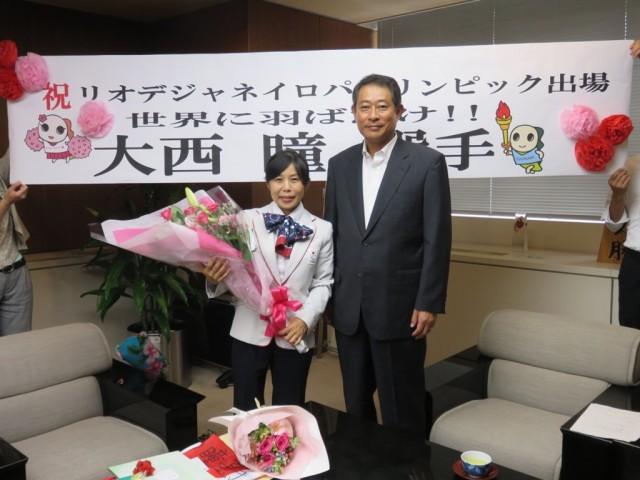 リオパラリンピック陸上に出場する大西瞳さんと田中区長