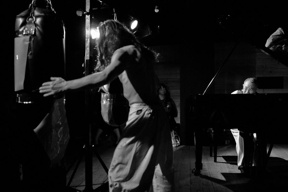 高円寺でピアノ×サンドバッグの格闘セッション ピアニスト山下洋輔さんら即興で