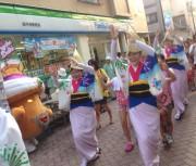 高円寺の中通り商店街で「プレ阿波おどり」 飛び入り参加で踊りレクチャーも