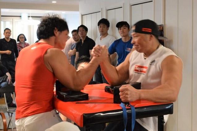 試合をする同施設の職員小沼啓紀さん(写真左)