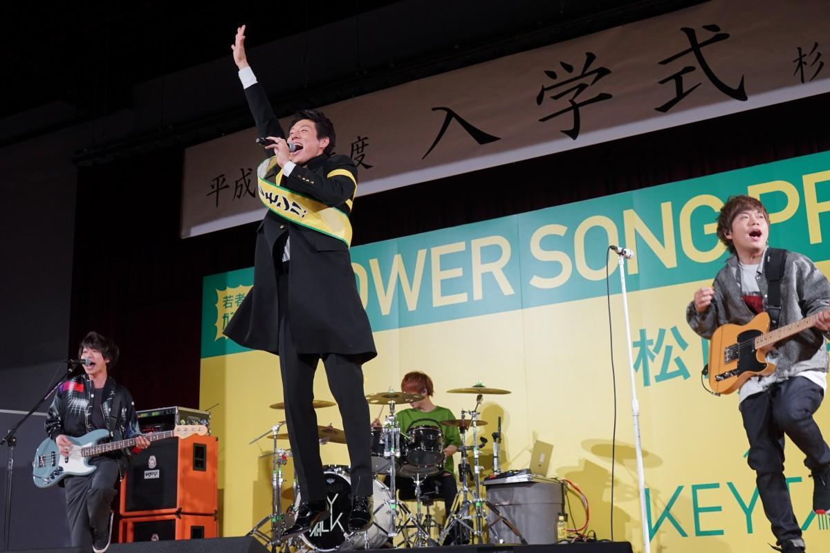 「Cheers!」を歌う松岡修造さん