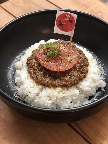 「実は肉食!?トマト人間カレー」のイメージ