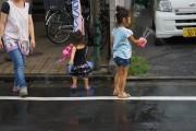 水を撒く子ども