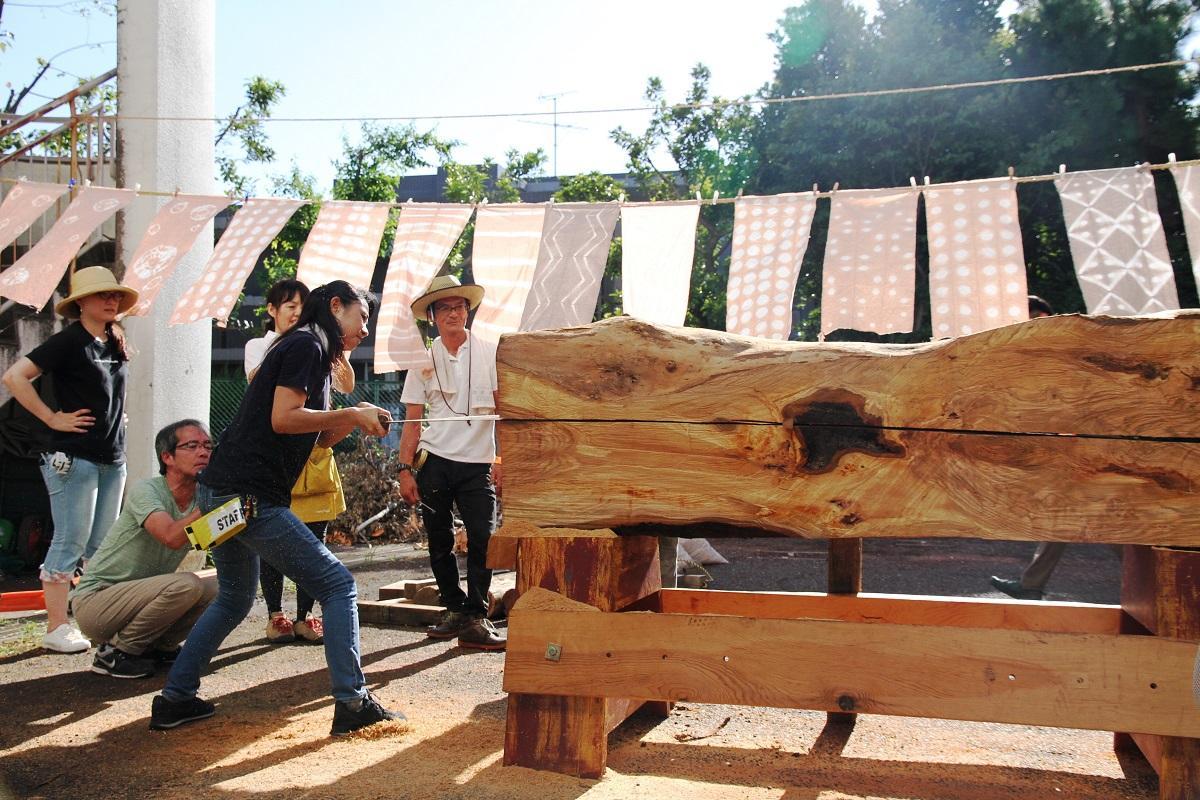 木ひきを体験する参加者