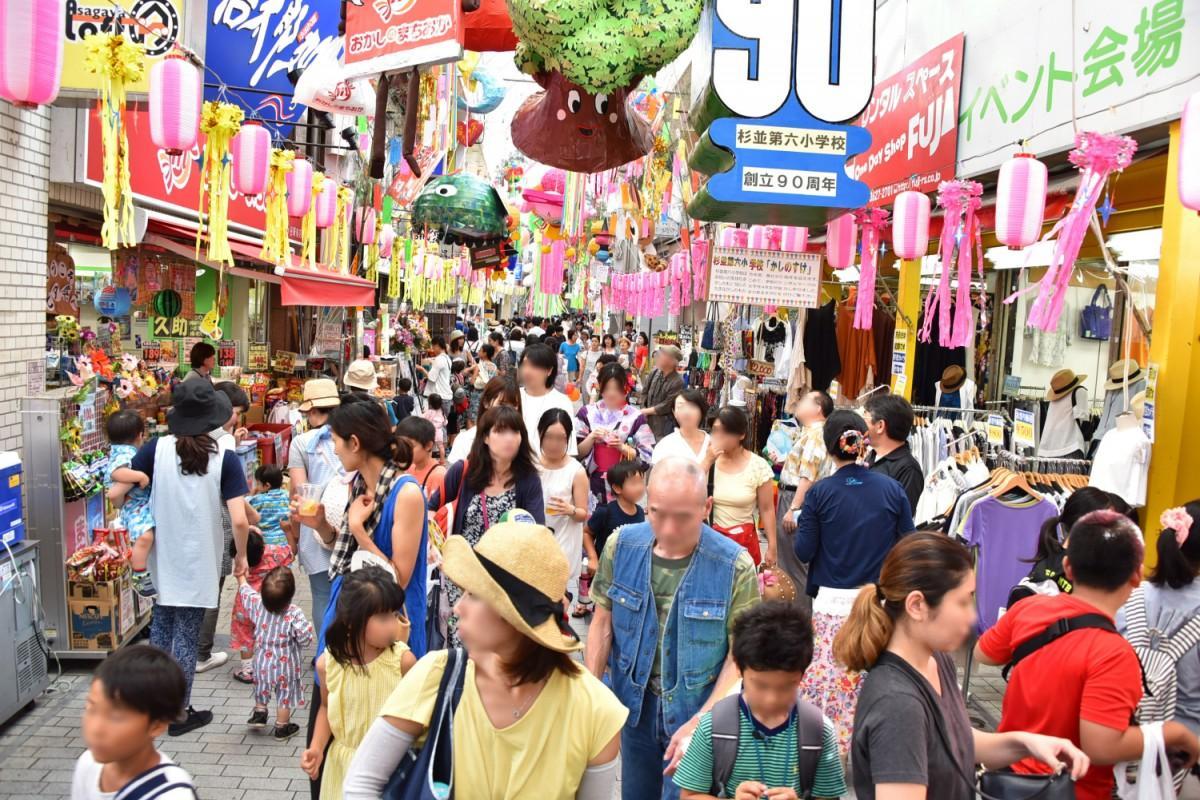 七夕まつりで賑わう阿佐谷パールセンター商店街