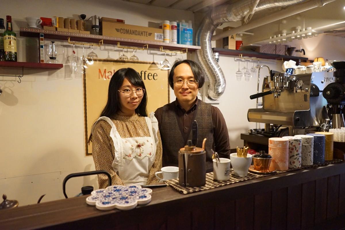 カウンターに立つ栁美澤夫妻