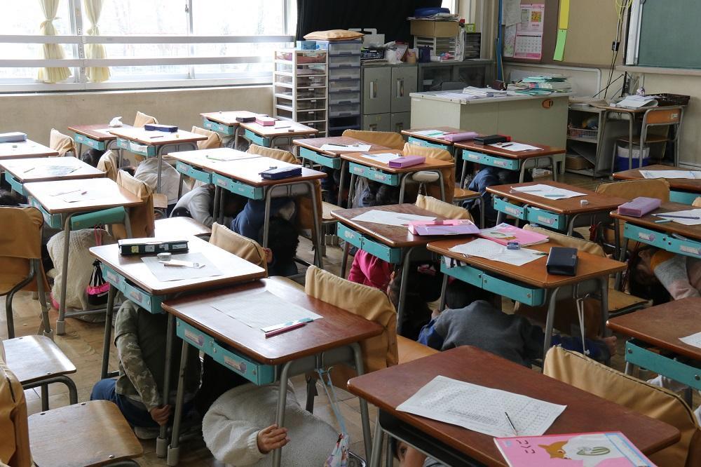 杉並第三小学校のシェイクアウト訓練の様子