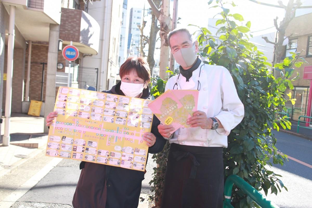 マップを持つ、商友会副会長の松岡さん(左)と会長の樋代さん(右)