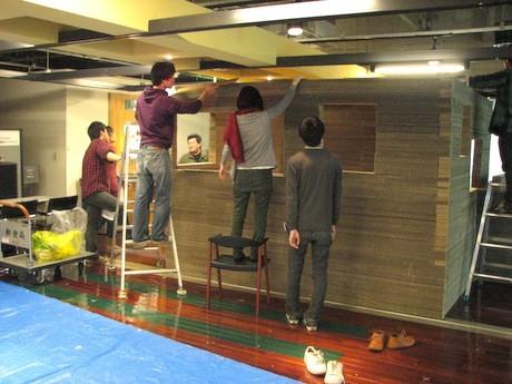 国内外の学生8人が段ボール茶室の製作にあたった