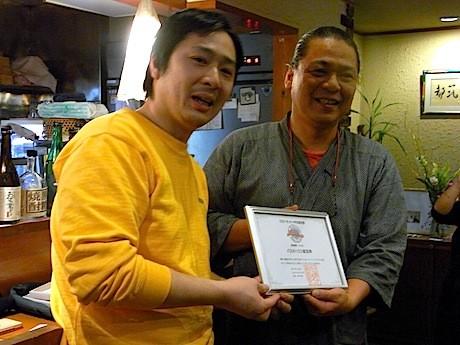 日本ナポリタン学会の田中健介会長(左)から都筑亭オーナーの中島申行さん(右)に認定証が手渡された