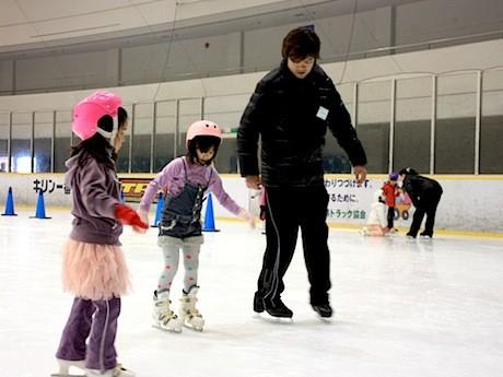 昨年12月に開催された「冬休み特別スケート教室」の様子