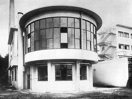 創建当時の浴場棟(横浜市提供)