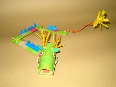 竹材料を組み立てて竜を作る