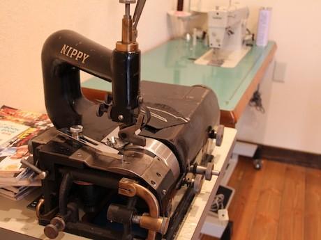 施設内には革を加工するための機械なども並ぶ