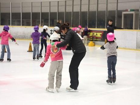 国際規格のリンクでアイススケートの基本動作を学ぶ