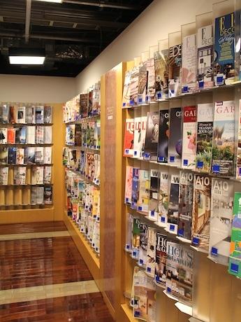 約4000冊の本が並ぶライブラリーでセミナーを行う