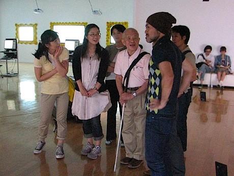 視覚障害がある人とない人がディスカッションしながらアート作品を鑑賞する