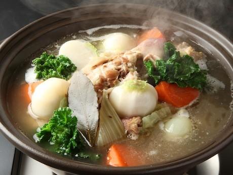 コラーゲンを多く含むすね肉を使用し、玉ネギ・セロリなどの多くの野菜とともに煮込む