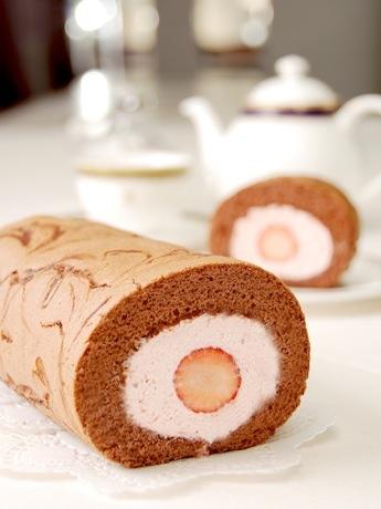 イチゴを丸ごと使ったロールケーキ