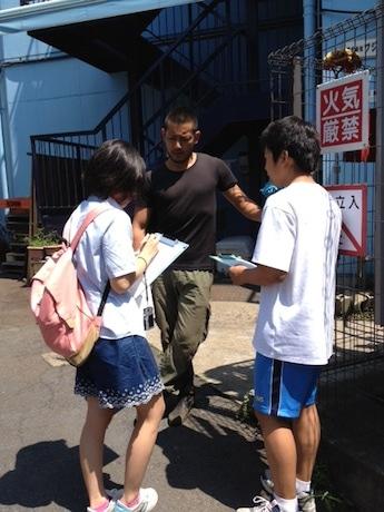 中学生ボランティアらが工業団地内の各企業を直接取材した