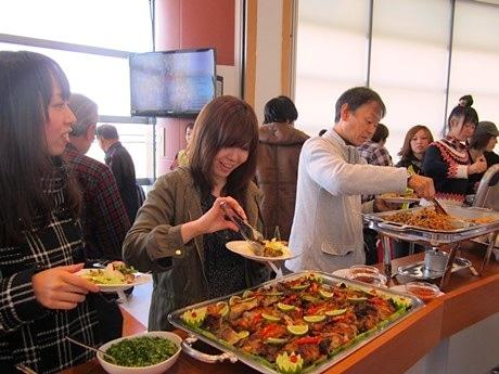 ビュッフェにはパンケーキのほか、本格カレーなど10種類以上の料理が並ぶ