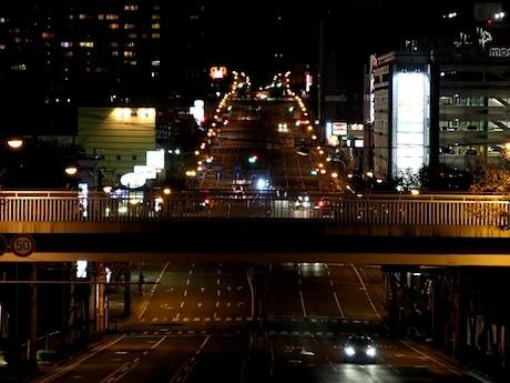 黄色い街灯が映画「となりのトトロ」に登場するトトロのシルエットに